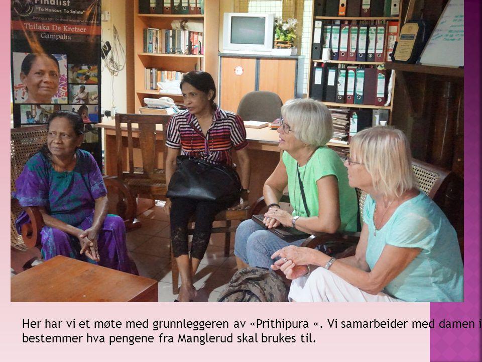 Her har vi et møte med grunnleggeren av «Prithipura «. Vi samarbeider med damen i blå kjole og bestemmer hva pengene fra Manglerud skal brukes til.