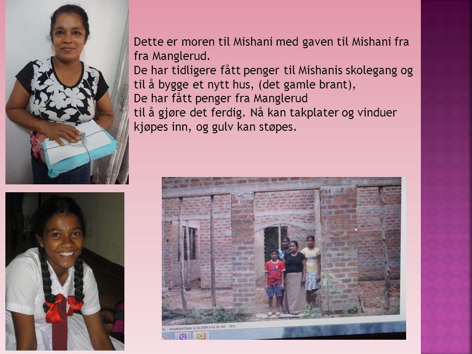 Dette er moren til Mishani med gaven til Mishani fra fra Manglerud. De har tidligere fått penger til Mishanis skolegang og til å bygge et nytt hus, (d