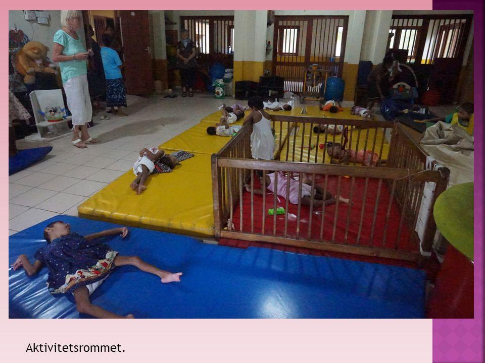 Glade barn. Vi hadde med ballonger til barna og det hadde de aldri sett før.
