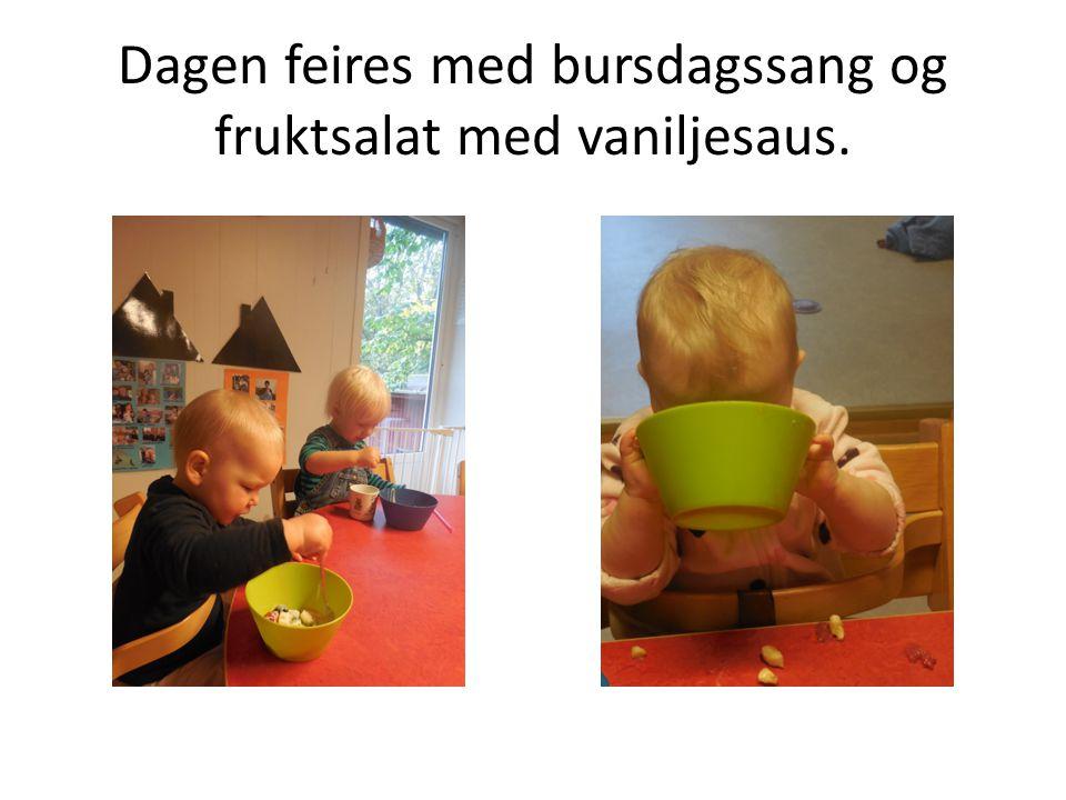 Dagen feires med bursdagssang og fruktsalat med vaniljesaus.
