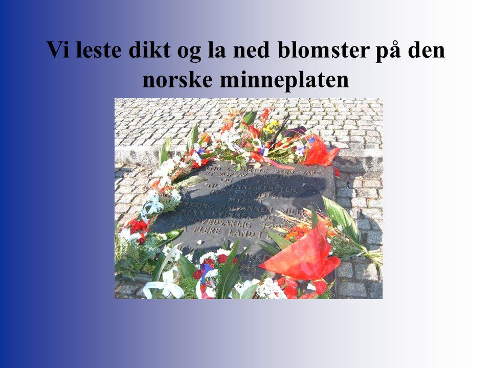 Vi leste dikt og la ned blomster på den norske minneplaten