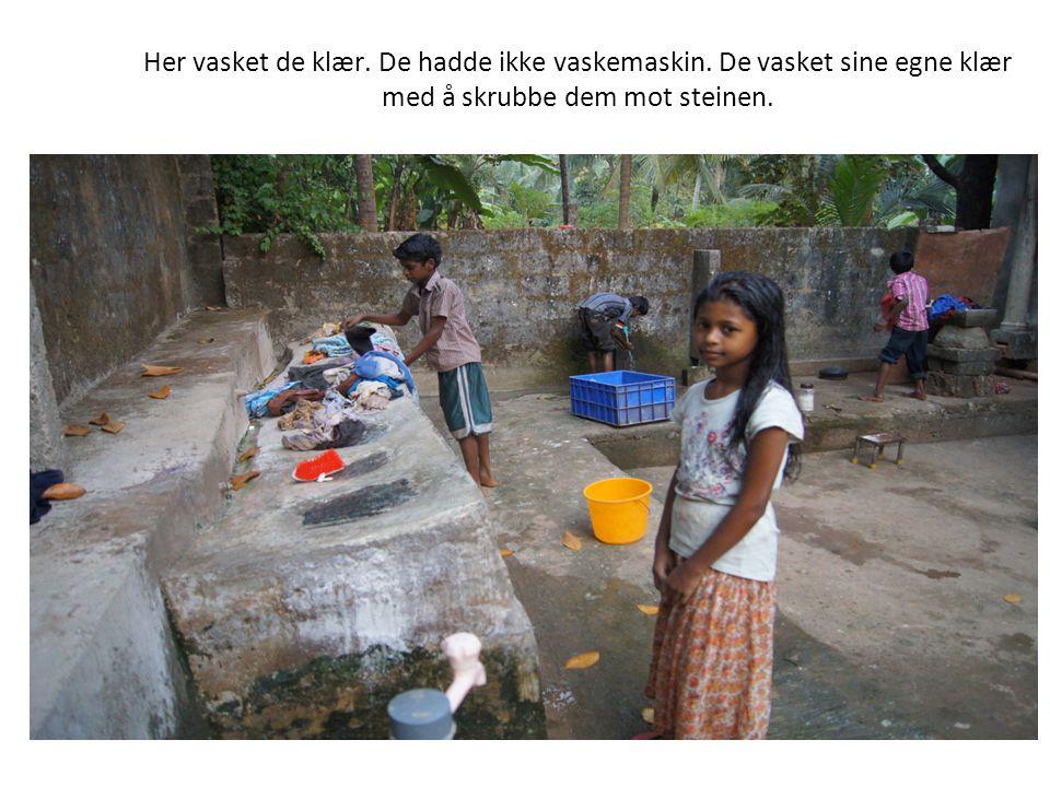 Her vasket de klær. De hadde ikke vaskemaskin. De vasket sine egne klær med å skrubbe dem mot steinen.