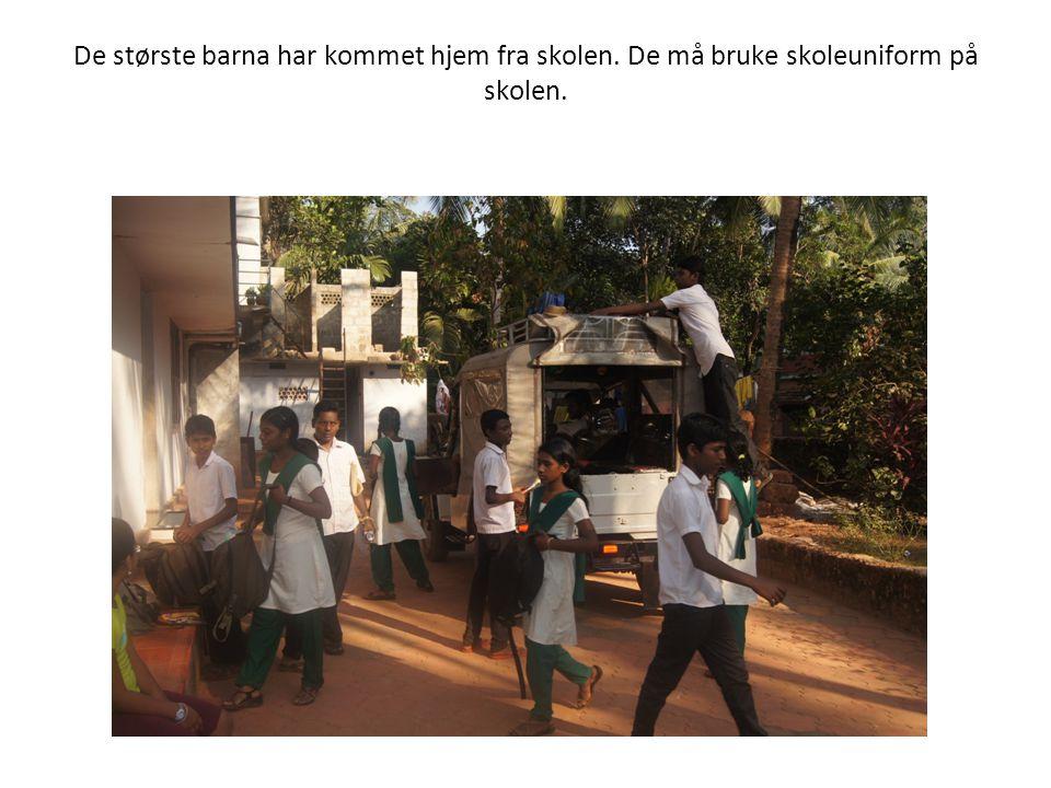 De største barna har kommet hjem fra skolen. De må bruke skoleuniform på skolen.