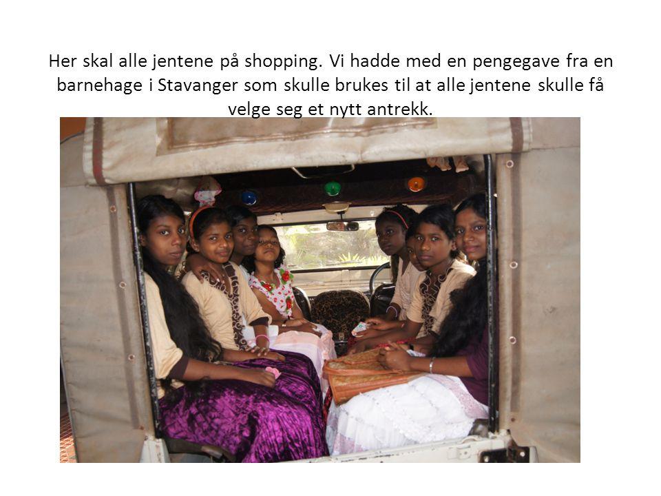 Her skal alle jentene på shopping. Vi hadde med en pengegave fra en barnehage i Stavanger som skulle brukes til at alle jentene skulle få velge seg et