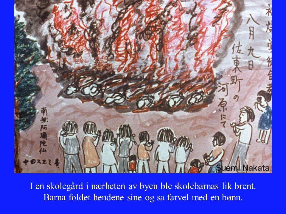 I en skolegård i nærheten av byen ble skolebarnas lik brent. Barna foldet hendene sine og sa farvel med en bønn.