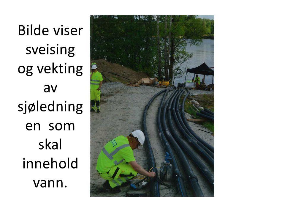 Bilde viser sveising og vekting av sjøledning en som skal innehold vann.