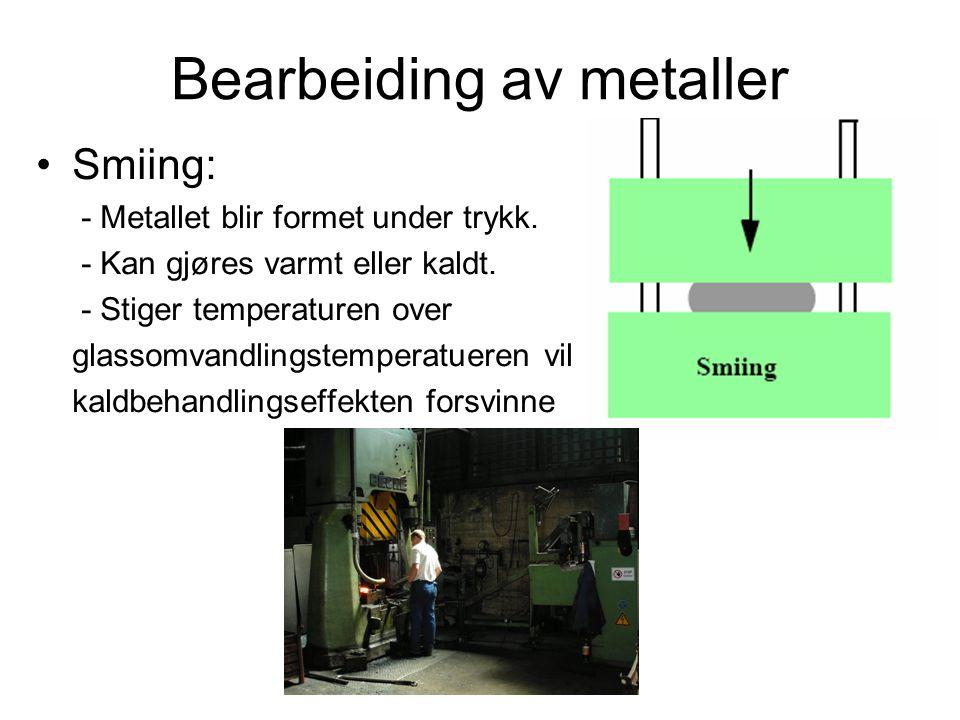 Bearbeiding av metaller Smiing: - Metallet blir formet under trykk. - Kan gjøres varmt eller kaldt. - Stiger temperaturen over glassomvandlingstempera