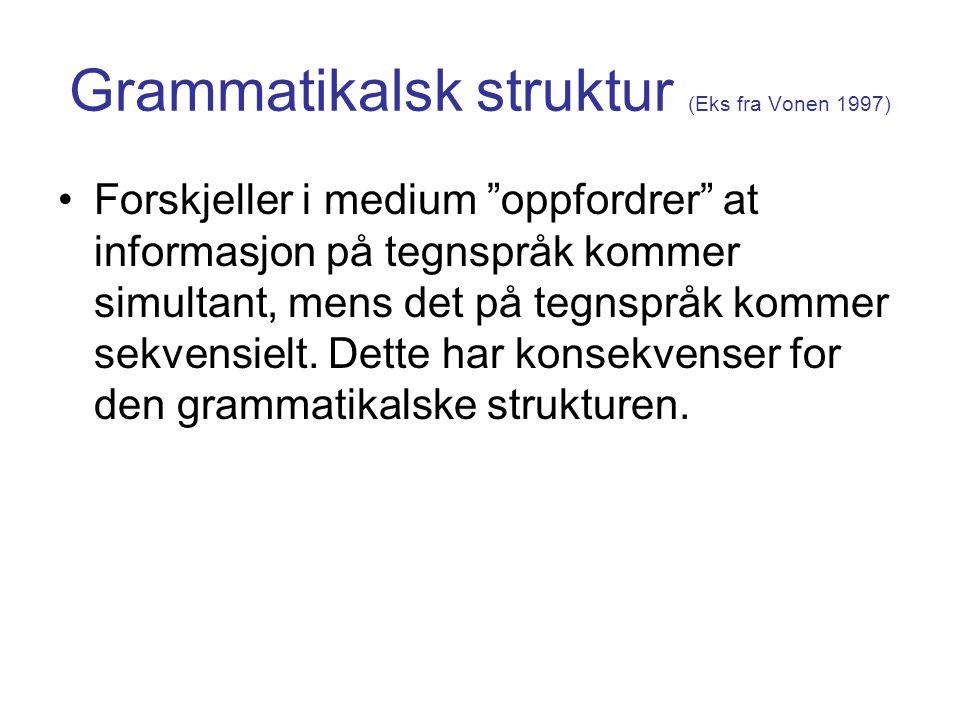 """Grammatikalsk struktur (Eks fra Vonen 1997) Forskjeller i medium """"oppfordrer"""" at informasjon på tegnspråk kommer simultant, mens det på tegnspråk komm"""