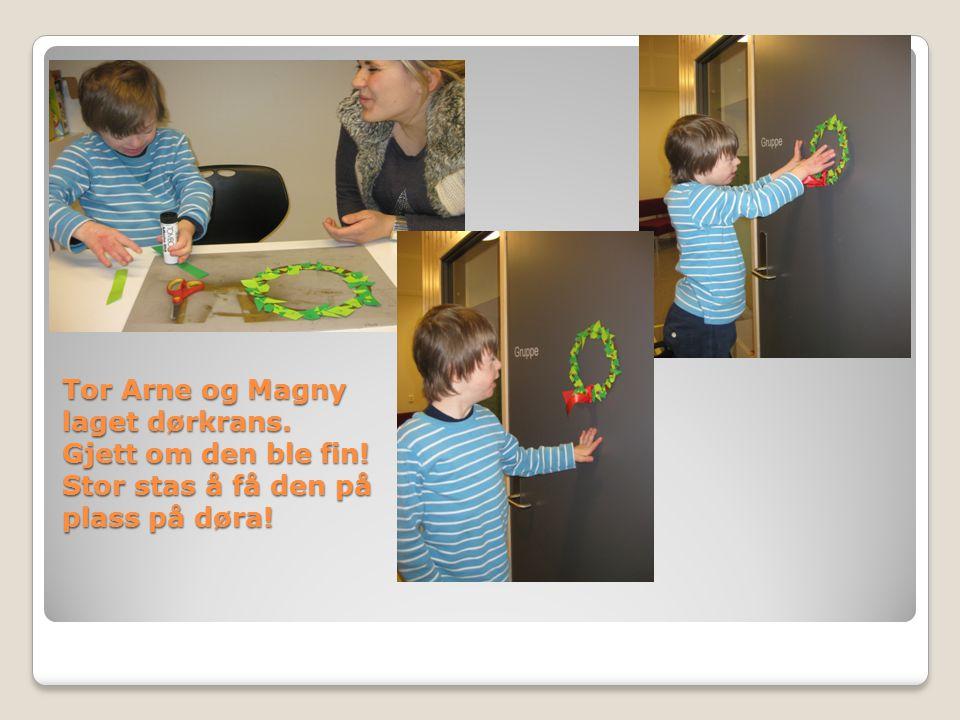 Tor Arne og Magny laget dørkrans. Gjett om den ble fin! Stor stas å få den på plass på døra!