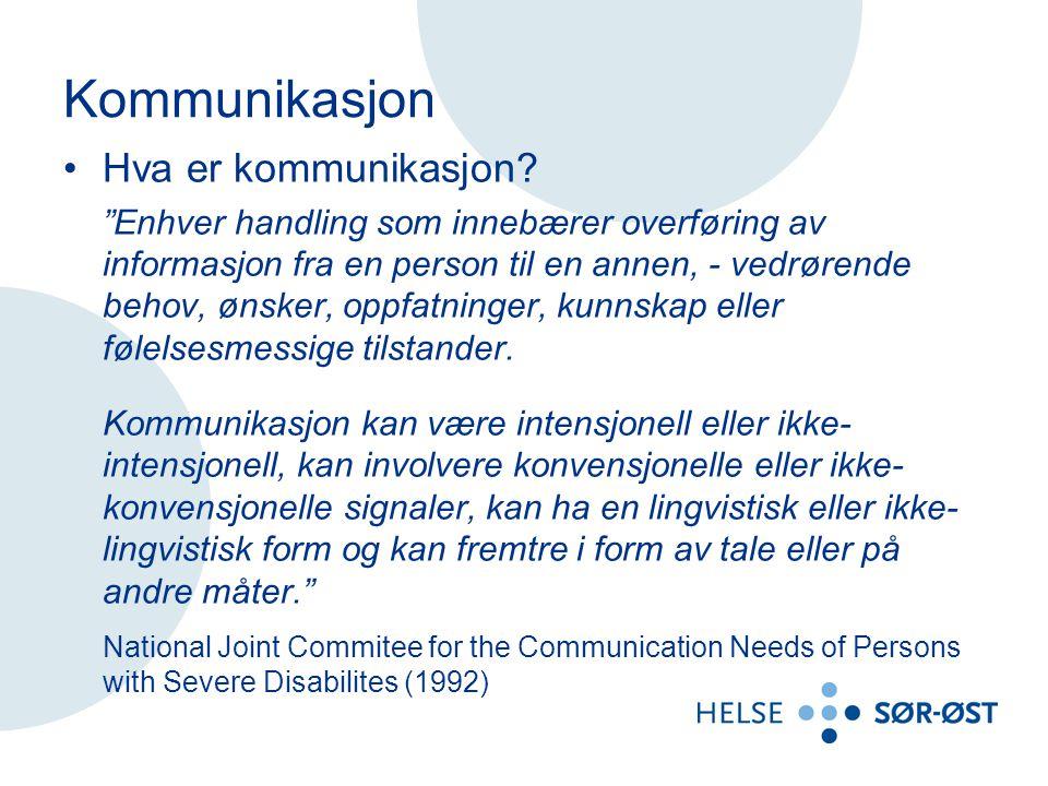 """Kommunikasjon Hva er kommunikasjon? """"Enhver handling som innebærer overføring av informasjon fra en person til en annen, - vedrørende behov, ønsker, o"""