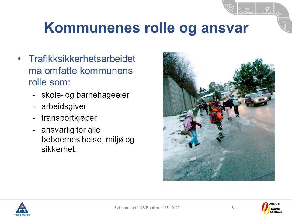 Fylkesmøtet i KS Buskerud 26.10.098 Kommunenes rolle og ansvar Trafikksikkerhetsarbeidet må omfatte kommunens rolle som: -skole- og barnehageeier -arb