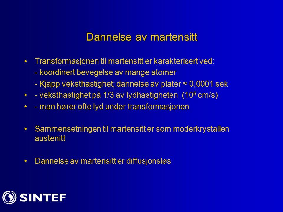 Dannelse av martensitt Transformasjonen til martensitt er karakterisert ved: - koordinert bevegelse av mange atomer - Kjapp veksthastighet; dannelse a