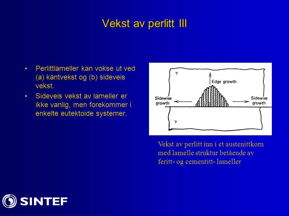 Vekst av perlitt III Perlittlameller kan vokse ut ved (a) kantvekst og (b) sideveis vekst. Sideveis vekst av lameller er ikke vanlig, men forekommer i