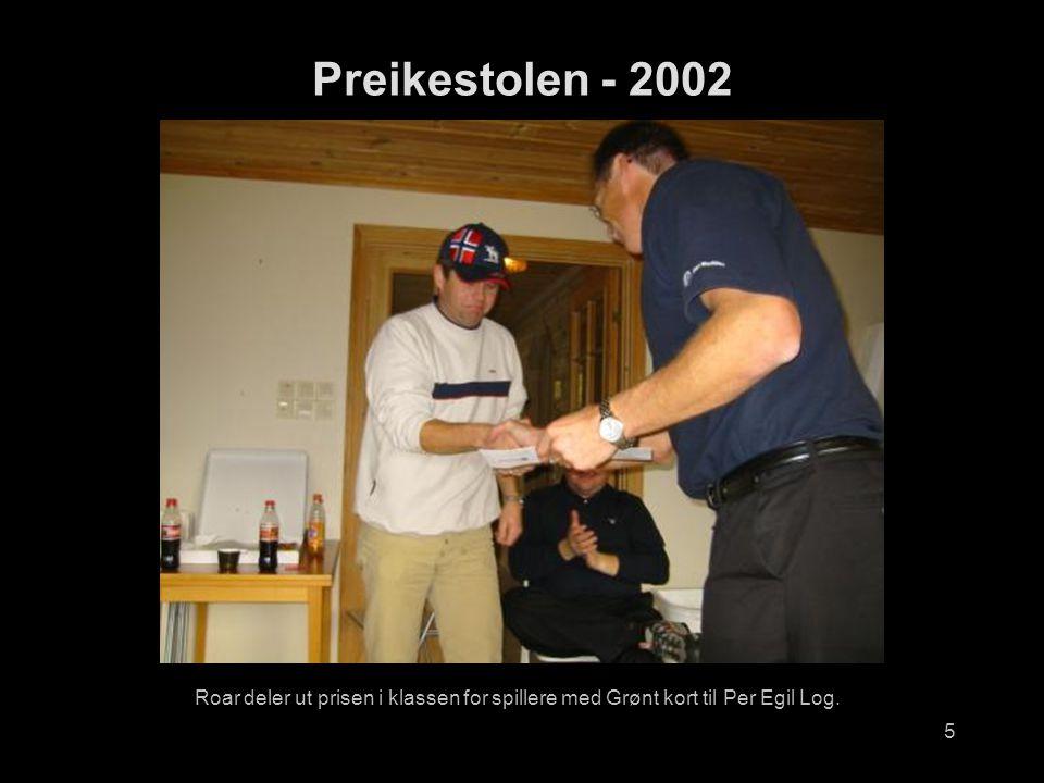 5 Roar deler ut prisen i klassen for spillere med Grønt kort til Per Egil Log. Preikestolen - 2002