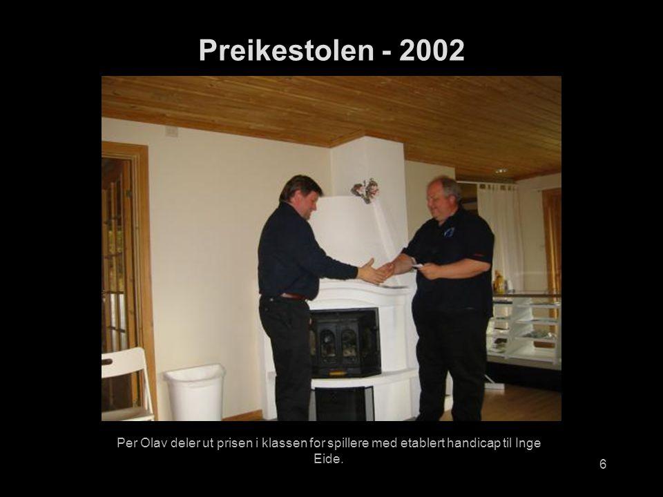 6 Per Olav deler ut prisen i klassen for spillere med etablert handicap til Inge Eide.