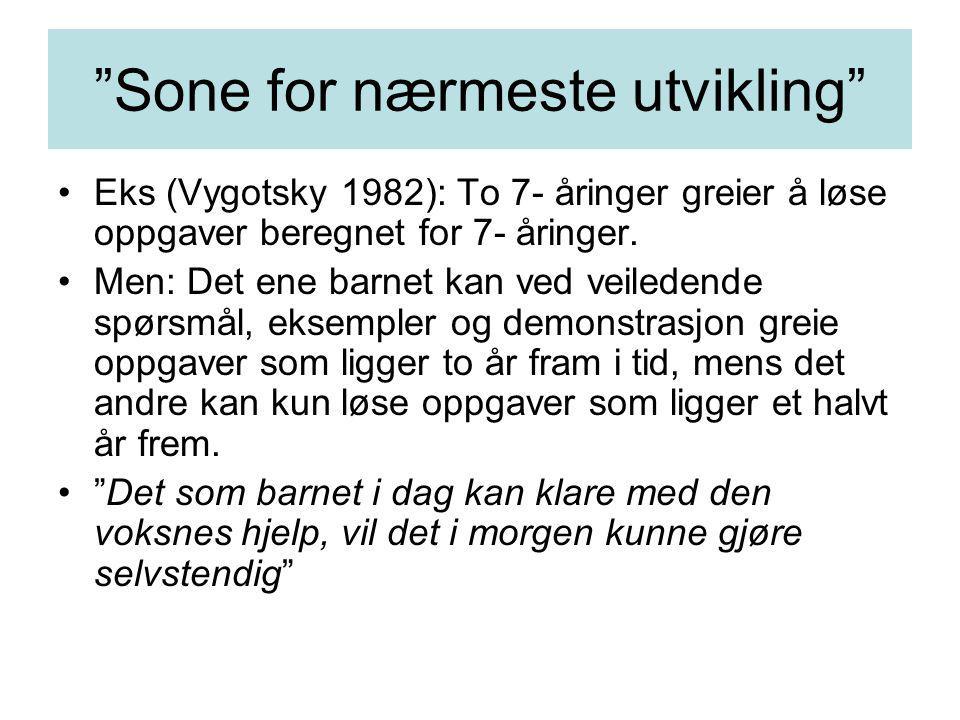 """""""Sone for nærmeste utvikling"""" Eks (Vygotsky 1982): To 7- åringer greier å løse oppgaver beregnet for 7- åringer. Men: Det ene barnet kan ved veiledend"""