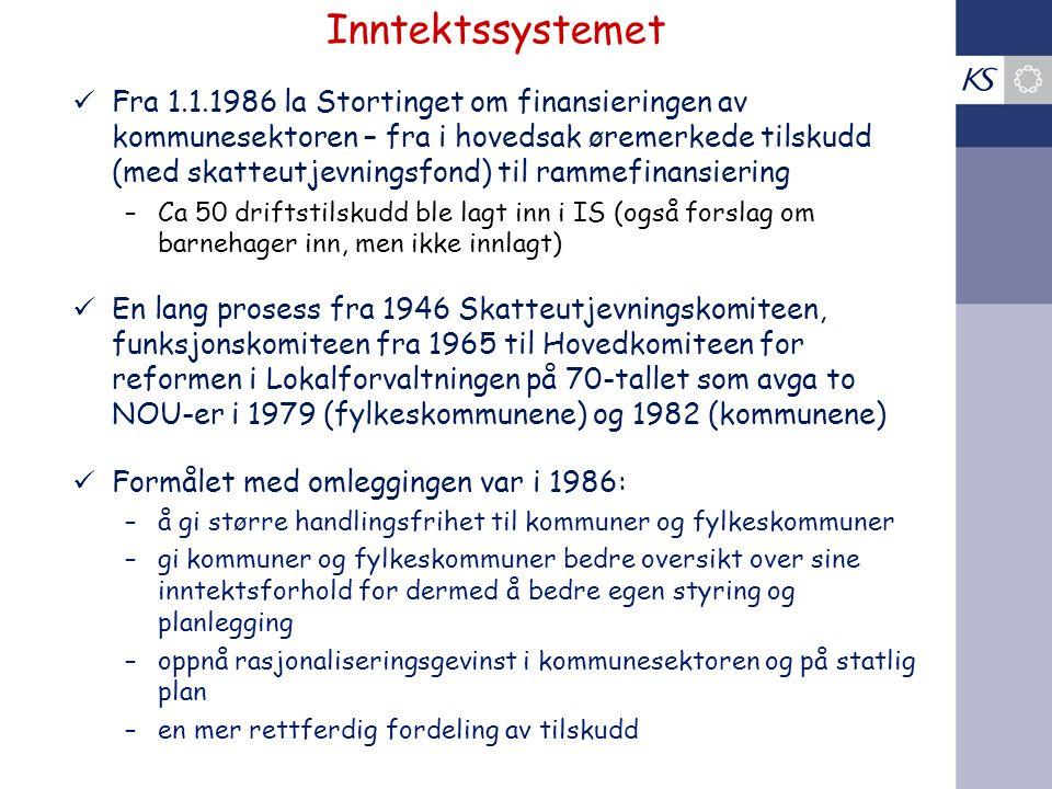 Inntektssystemet Fra 1.1.1986 la Stortinget om finansieringen av kommunesektoren – fra i hovedsak øremerkede tilskudd (med skatteutjevningsfond) til rammefinansiering –Ca 50 driftstilskudd ble lagt inn i IS (også forslag om barnehager inn, men ikke innlagt) En lang prosess fra 1946 Skatteutjevningskomiteen, funksjonskomiteen fra 1965 til Hovedkomiteen for reformen i Lokalforvaltningen på 70-tallet som avga to NOU-er i 1979 (fylkeskommunene) og 1982 (kommunene) Formålet med omleggingen var i 1986: –å gi større handlingsfrihet til kommuner og fylkeskommuner –gi kommuner og fylkeskommuner bedre oversikt over sine inntektsforhold for dermed å bedre egen styring og planlegging –oppnå rasjonaliseringsgevinst i kommunesektoren og på statlig plan –en mer rettferdig fordeling av tilskudd
