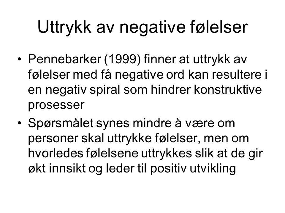 Uttrykk av negative følelser Pennebarker (1999) finner at uttrykk av følelser med få negative ord kan resultere i en negativ spiral som hindrer konstr