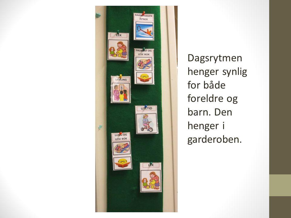 Dagsrytmen henger synlig for både foreldre og barn. Den henger i garderoben.