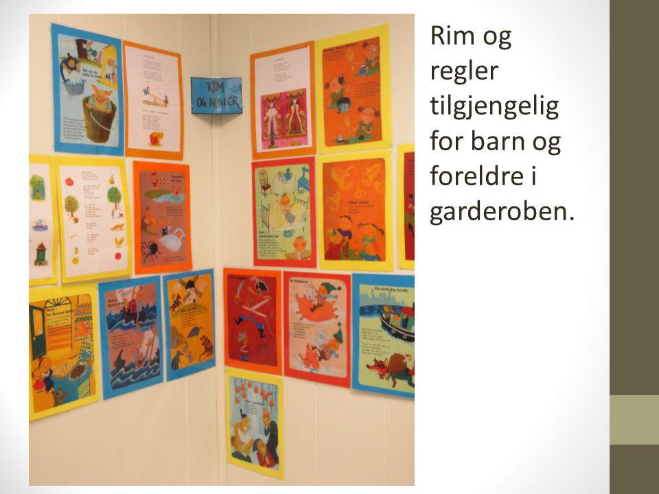 Rim og regler tilgjengelig for barn og foreldre i garderoben.