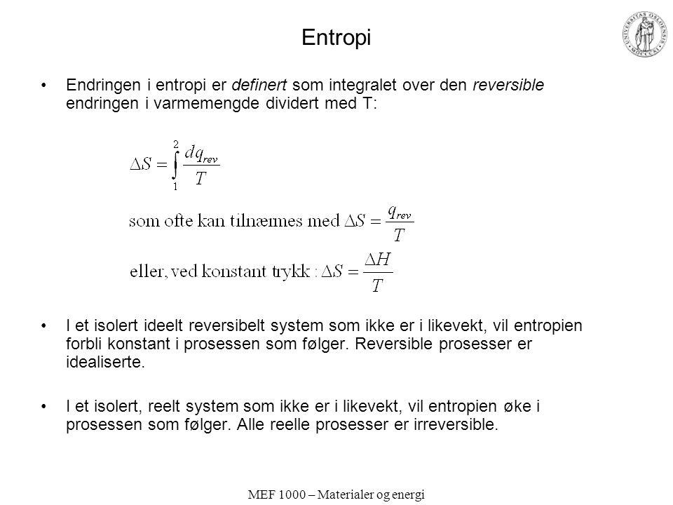 MEF 1000 – Materialer og energi Entropi Endringen i entropi er definert som integralet over den reversible endringen i varmemengde dividert med T: I et isolert ideelt reversibelt system som ikke er i likevekt, vil entropien forbli konstant i prosessen som følger.