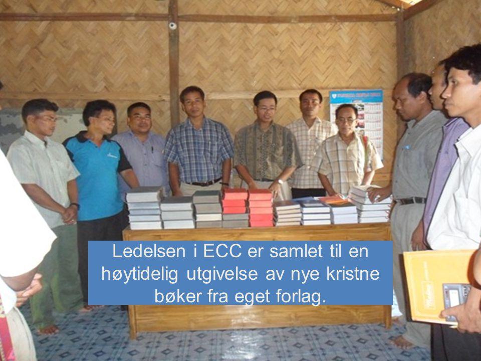 Ledelsen i ECC er samlet til en høytidelig utgivelse av nye kristne bøker fra eget forlag.