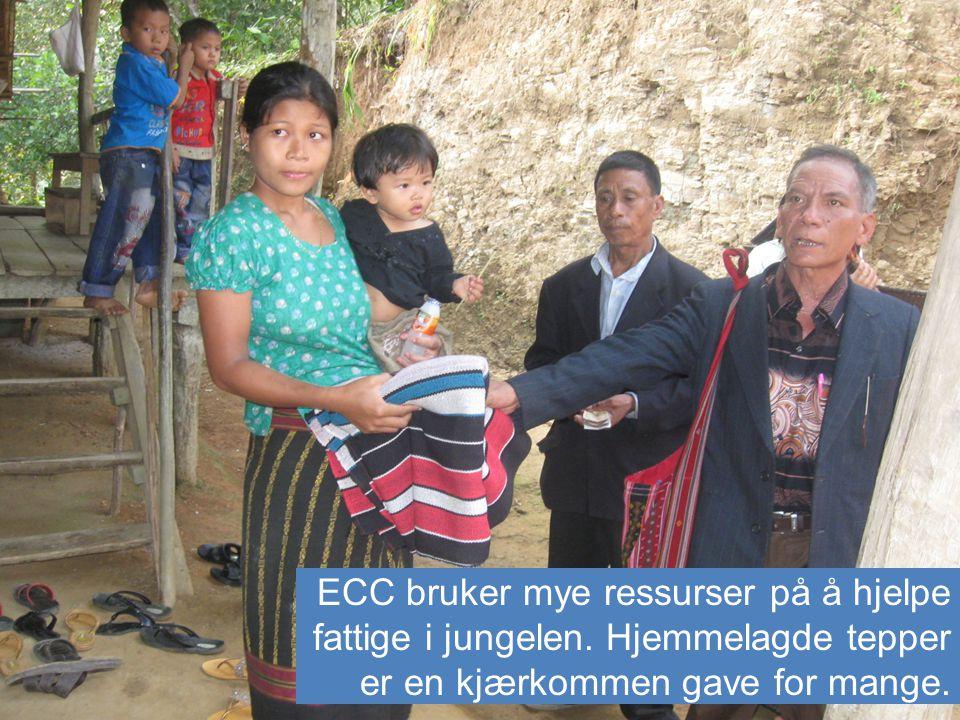 ECC bruker mye ressurser på å hjelpe fattige i jungelen. Hjemmelagde tepper er en kjærkommen gave for mange.