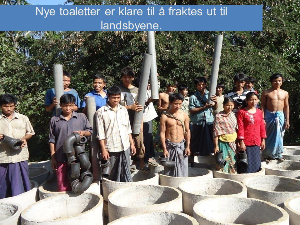 Nye toaletter er klare til å fraktes ut til landsbyene.