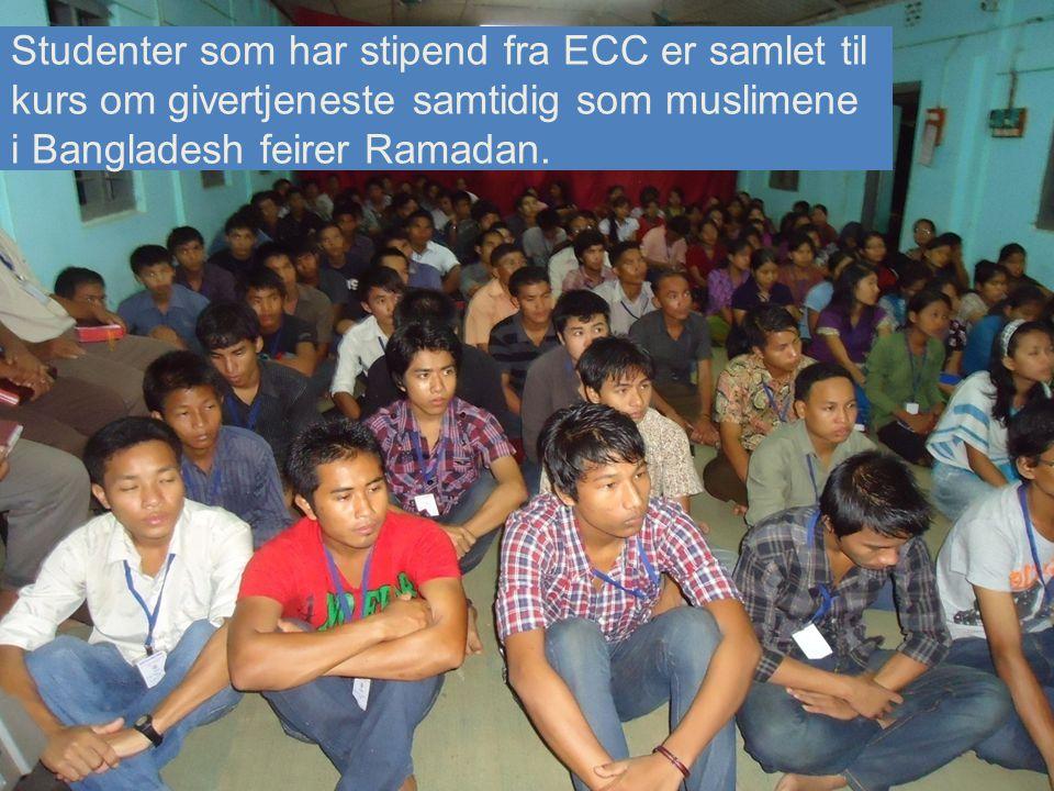 Studenter som har stipend fra ECC er samlet til kurs om givertjeneste samtidig som muslimene i Bangladesh feirer Ramadan.