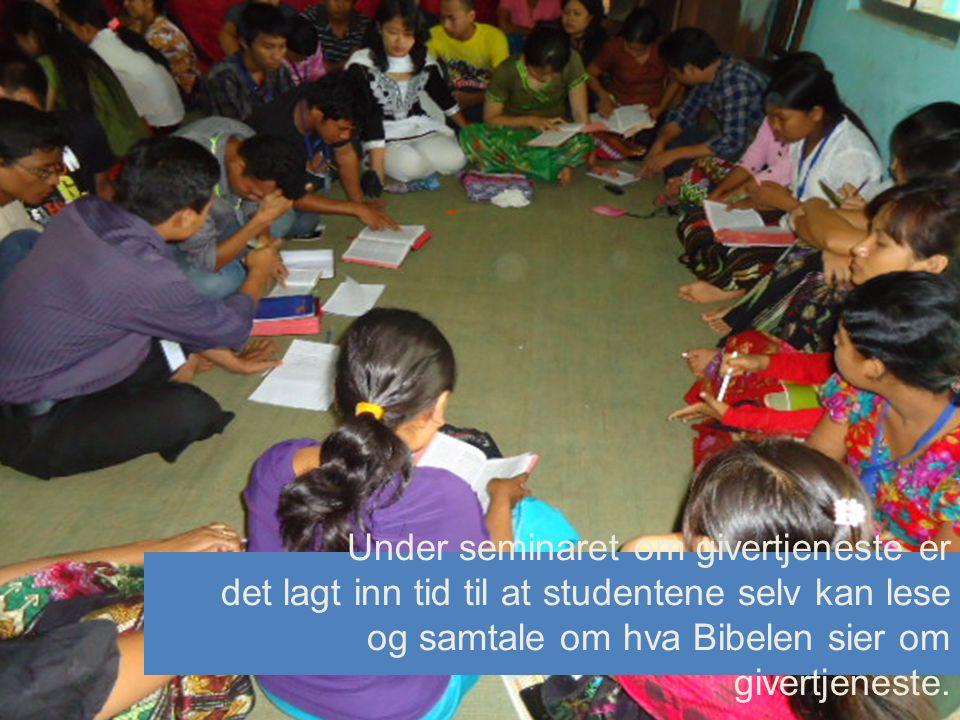 Under seminaret om givertjeneste er det lagt inn tid til at studentene selv kan lese og samtale om hva Bibelen sier om givertjeneste.
