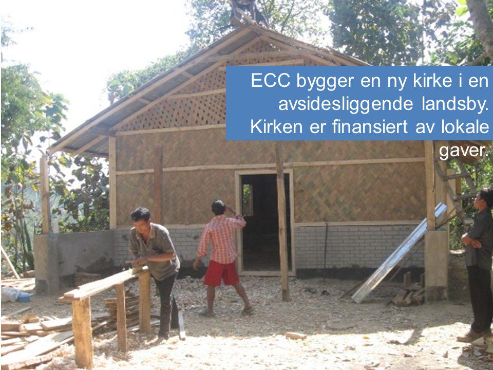 6.Bygger toalett: Kirken setter opp toalett for familer for å forebygge sykdom.