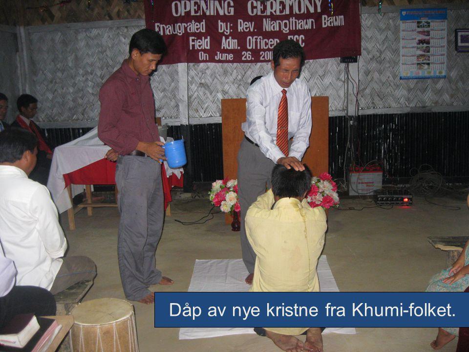 Dåp av nye kristne fra Khumi-folket.