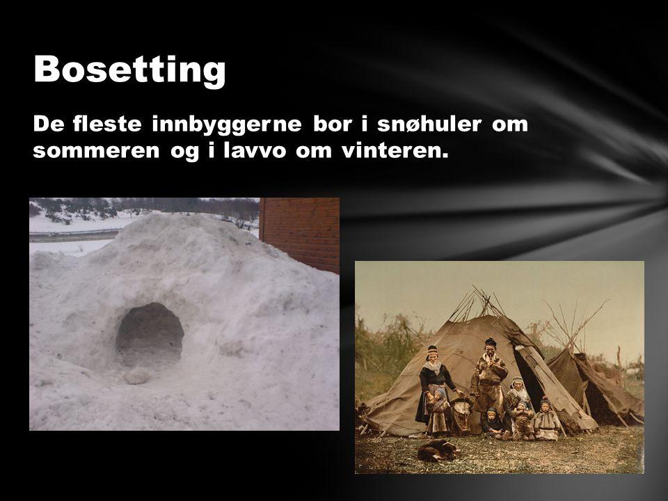 De fleste innbyggerne bor i snøhuler om sommeren og i lavvo om vinteren. Bosetting