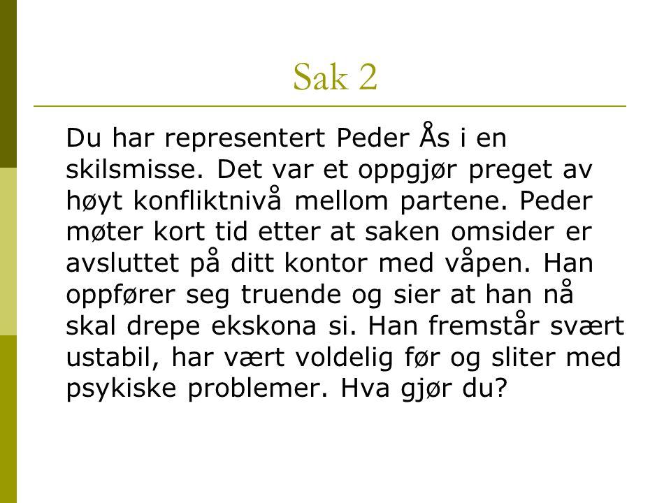 Sak 2 Du har representert Peder Ås i en skilsmisse. Det var et oppgjør preget av høyt konfliktnivå mellom partene. Peder møter kort tid etter at saken