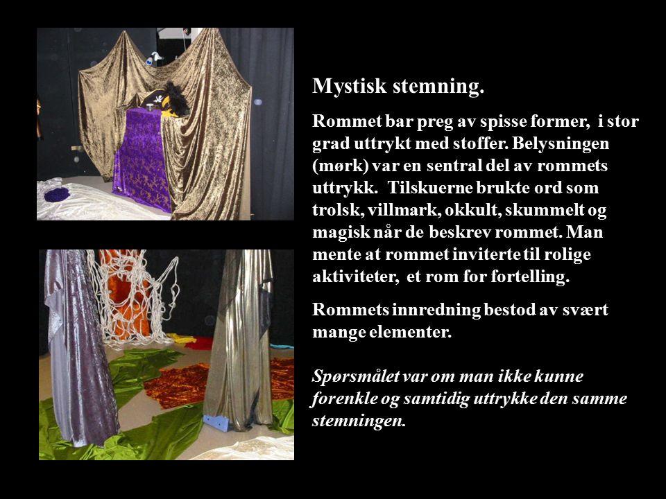 Mystisk stemning. Rommet bar preg av spisse former, i stor grad uttrykt med stoffer. Belysningen (mørk) var en sentral del av rommets uttrykk. Tilskue