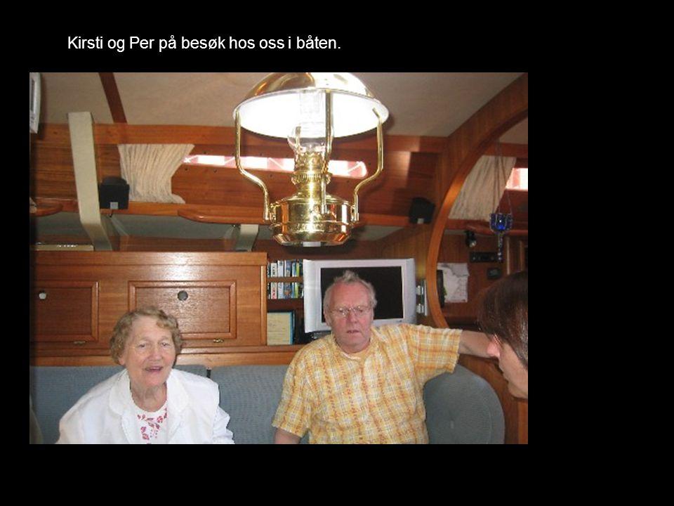 Kirsti og Per på besøk hos oss i båten.