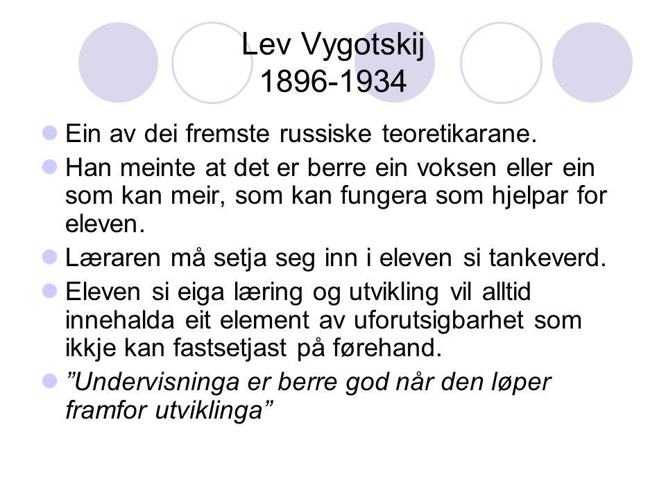 Lev Vygotskij 1896-1934 Ein av dei fremste russiske teoretikarane. Han meinte at det er berre ein voksen eller ein som kan meir, som kan fungera som h