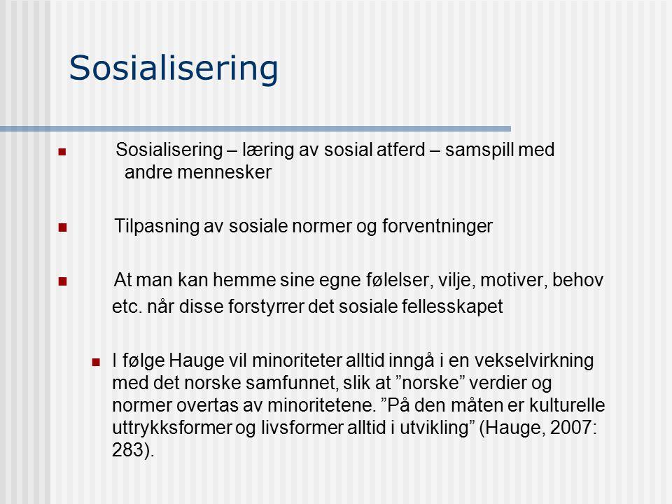 Sosialisering Sosialisering – læring av sosial atferd – samspill med andre mennesker Tilpasning av sosiale normer og forventninger At man kan hemme si
