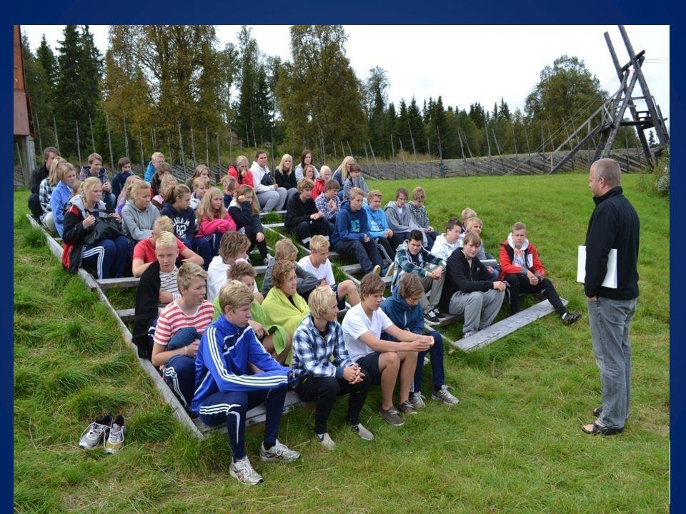 Litt om undervisningen på leir Bibeltimer, Store fortellingen, Ved elva, Ved sjøen og I Vikingleiren.