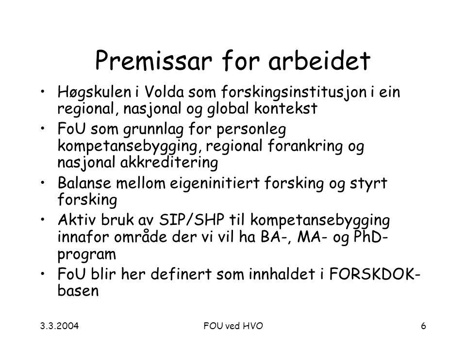3.3.2004FOU ved HVO6 Premissar for arbeidet Høgskulen i Volda som forskingsinstitusjon i ein regional, nasjonal og global kontekst FoU som grunnlag for personleg kompetansebygging, regional forankring og nasjonal akkreditering Balanse mellom eigeninitiert forsking og styrt forsking Aktiv bruk av SIP/SHP til kompetansebygging innafor område der vi vil ha BA-, MA- og PhD- program FoU blir her definert som innhaldet i FORSKDOK- basen