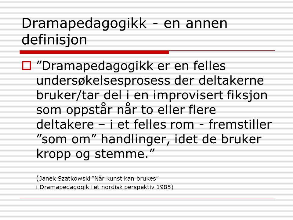 """Dramapedagogikk - en annen definisjon  """"Dramapedagogikk er en felles undersøkelsesprosess der deltakerne bruker/tar del i en improvisert fiksjon som"""