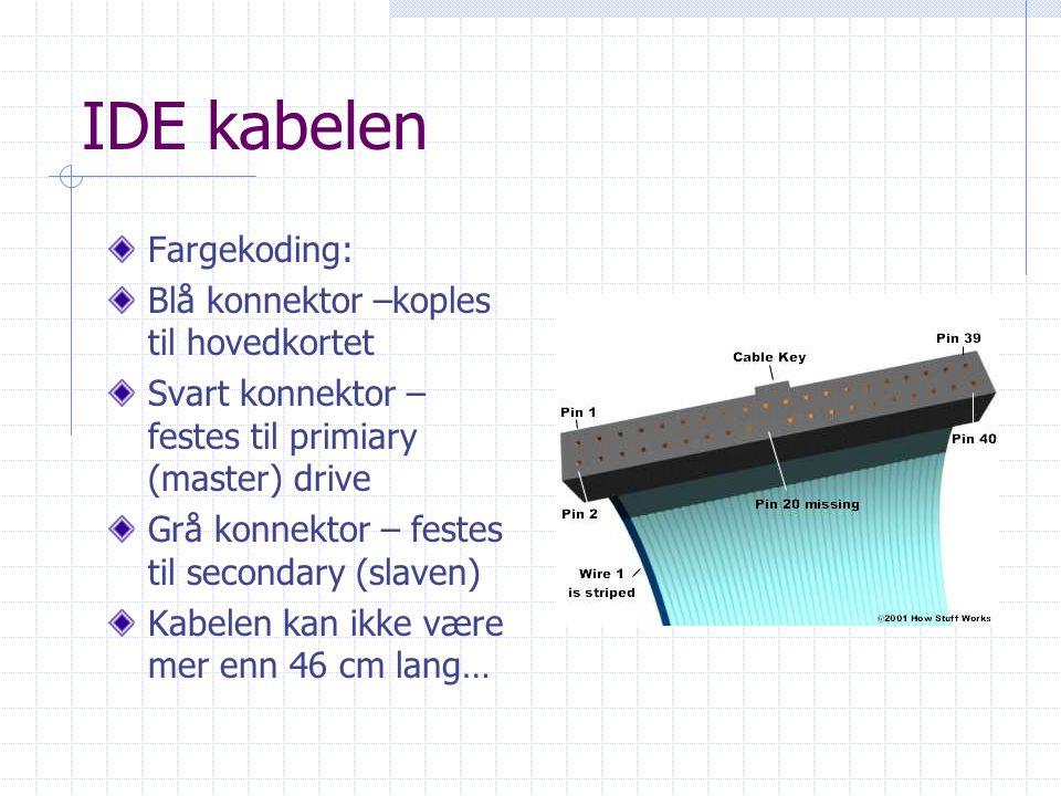 IDE kabelen Fargekoding: Blå konnektor –koples til hovedkortet Svart konnektor – festes til primiary (master) drive Grå konnektor – festes til secondary (slaven) Kabelen kan ikke være mer enn 46 cm lang…