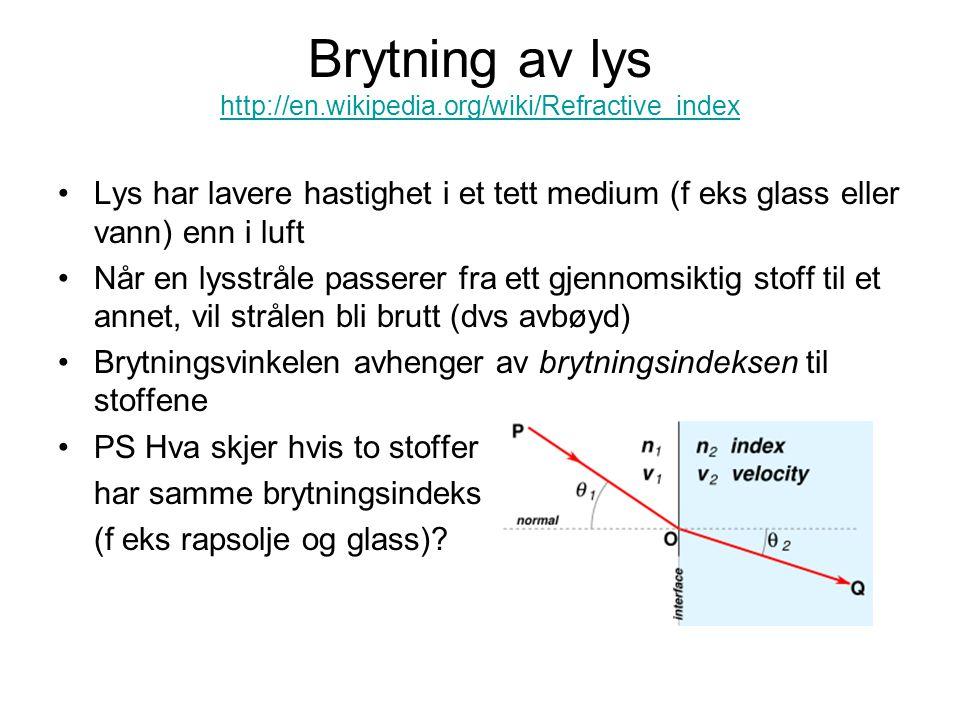 Brytning av lys http://en.wikipedia.org/wiki/Refractive_index http://en.wikipedia.org/wiki/Refractive_index Lys har lavere hastighet i et tett medium