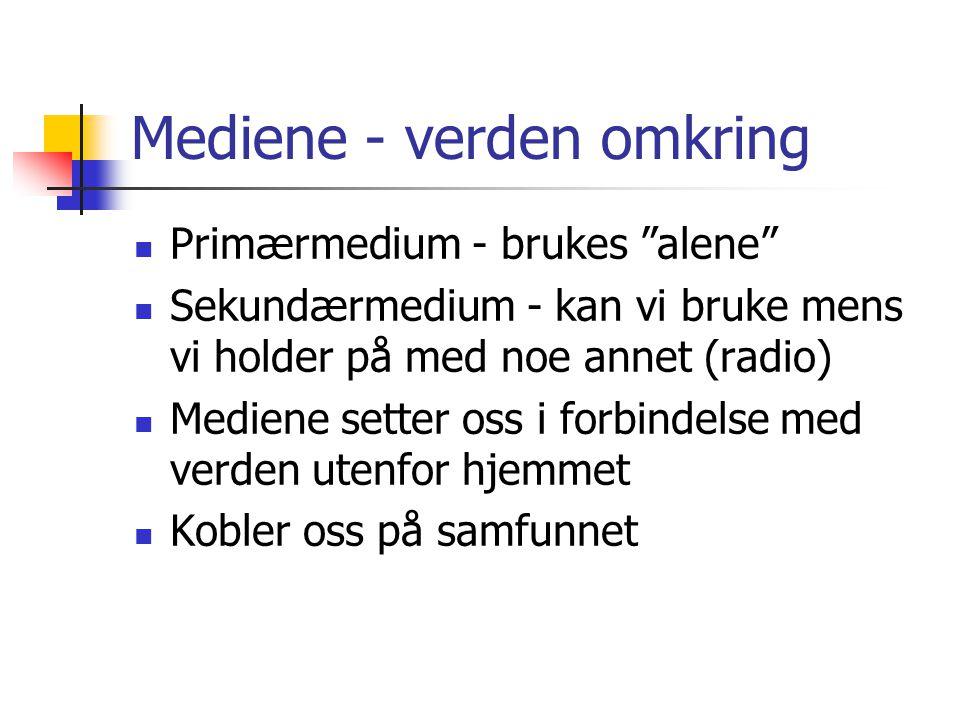 """Mediene - verden omkring Primærmedium - brukes """"alene"""" Sekundærmedium - kan vi bruke mens vi holder på med noe annet (radio) Mediene setter oss i forb"""