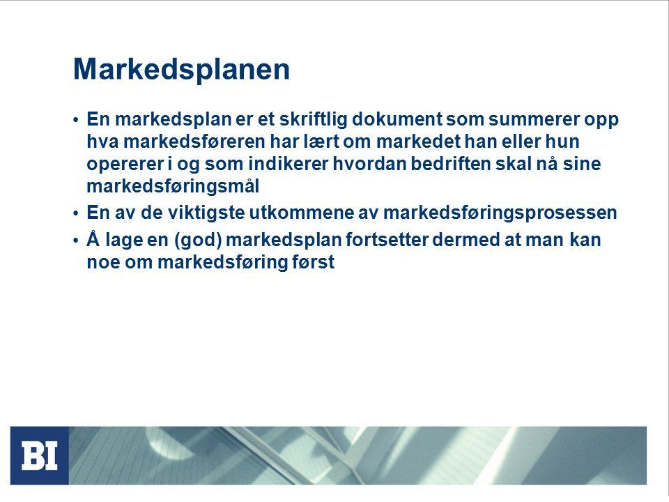 Markedsplanen En markedsplan er et skriftlig dokument som summerer opp hva markedsføreren har lært om markedet han eller hun opererer i og som indiker