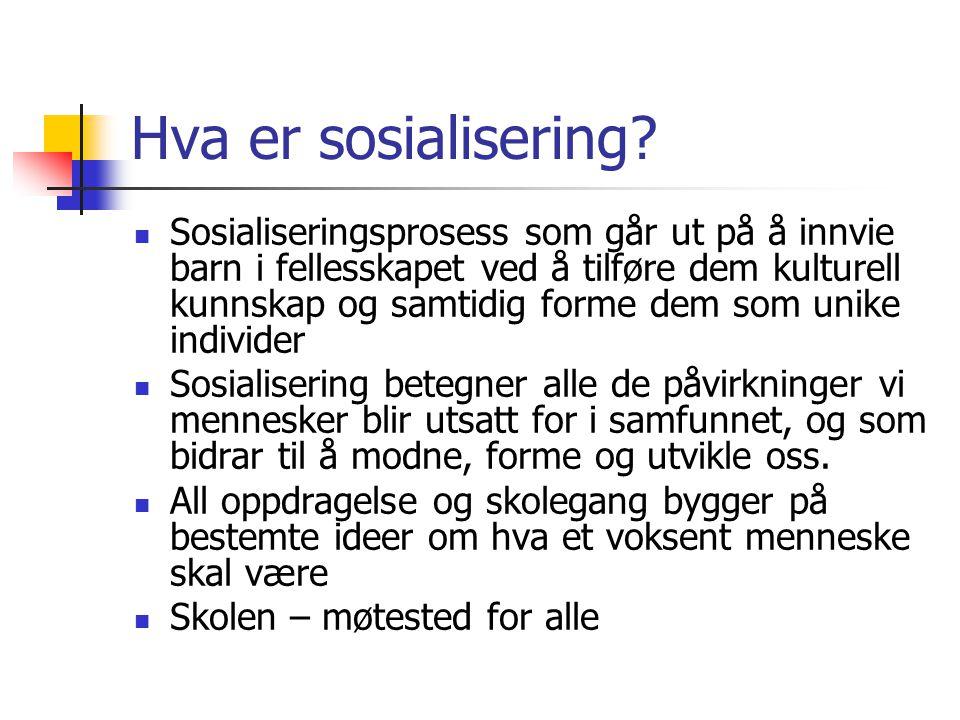 Hva er sosialisering? Sosialiseringsprosess som går ut på å innvie barn i fellesskapet ved å tilføre dem kulturell kunnskap og samtidig forme dem som