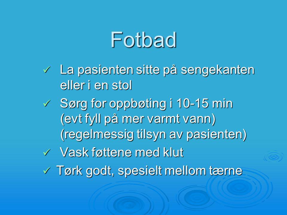 Fotbad La pasienten sitte på sengekanten eller i en stol La pasienten sitte på sengekanten eller i en stol Sørg for oppbøting i 10-15 min (evt fyll på