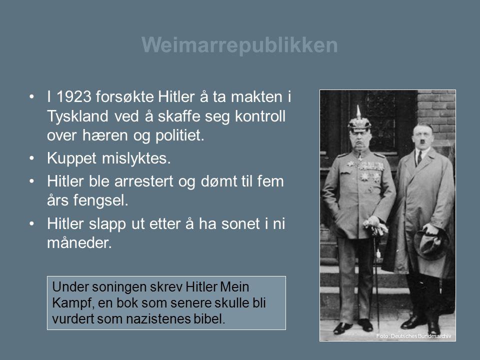 Weimarrepublikken I 1923 forsøkte Hitler å ta makten i Tyskland ved å skaffe seg kontroll over hæren og politiet. Kuppet mislyktes. Hitler ble arreste