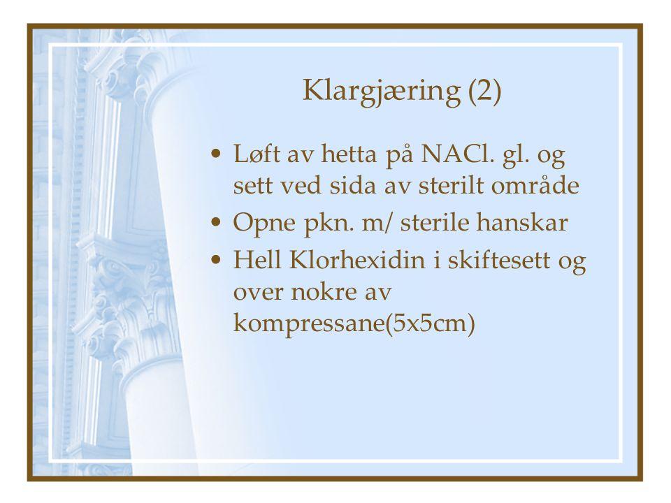 Klargjæring (2) Løft av hetta på NACl.gl. og sett ved sida av sterilt område Opne pkn.