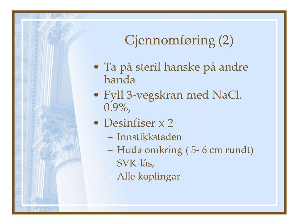 Gjennomføring (2) Ta på steril hanske på andre handa Fyll 3-vegskran med NaCl.